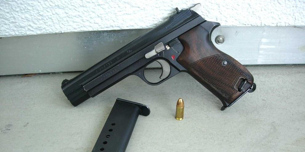 Automatikpistole P210 der Schweizer Armee, inkl. Magazin und Munition. © Vercing / wikicommons