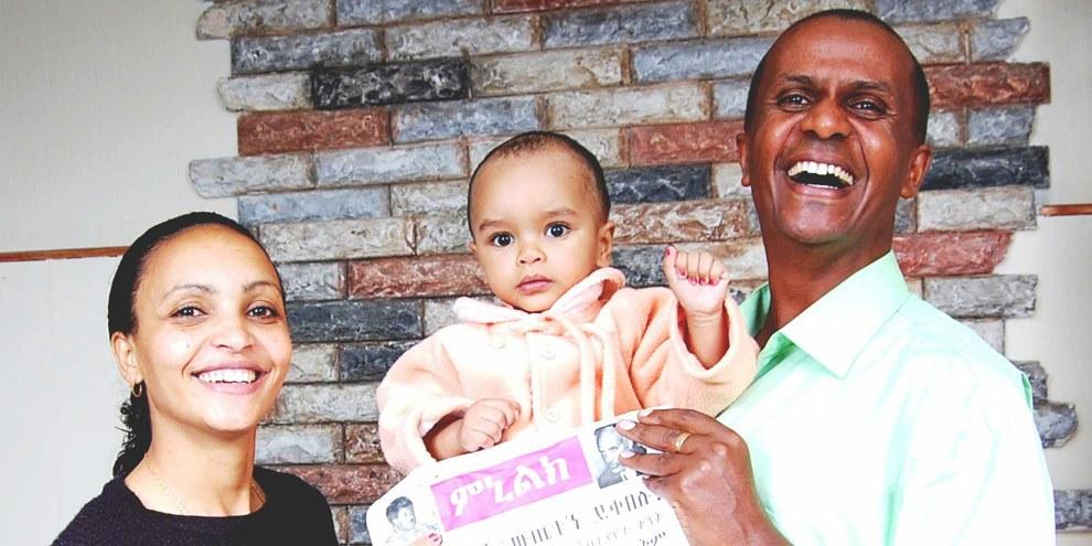 Eskinder Nega und seine Frau Serkalem Fasil mit Sohn Nafkot im Jahr 2007. Der Knabe wurde ein Jahr zuvor im Gefängnis geboren, weil die Mutter inhaftiert war. © Private
