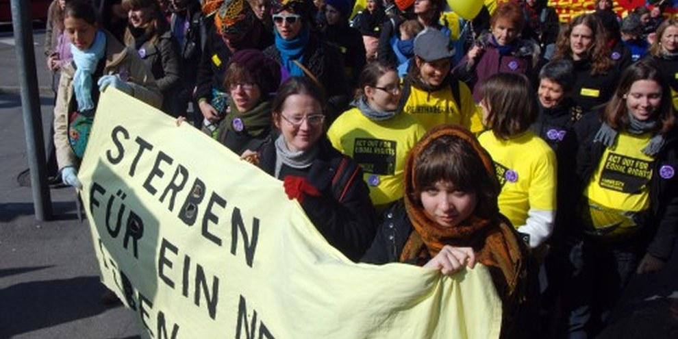 «Müttergesundheit ist ein Menschenrecht»: Amnesty-Block an der Frauendemonstration vom 13. März 2010 – das war stark!© Fabrice Praz