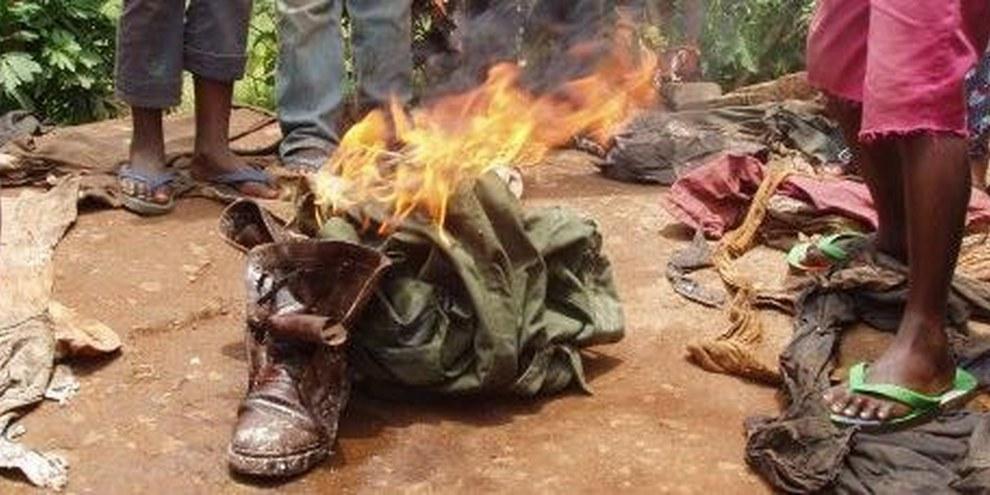 Ehemalige KindersoldatInnen verbrennen ihre Kleidung nach der Demobilisierung © AI