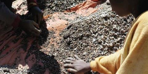 Charles (13) und sein Vater sortieren Steine, die Kobalt enthalten an den Ufern des Malo-Sees ausserhalb von Kolwezi (Demokratische Republik Kongo) Mai 2015 © Amnesty International and Afrewatch