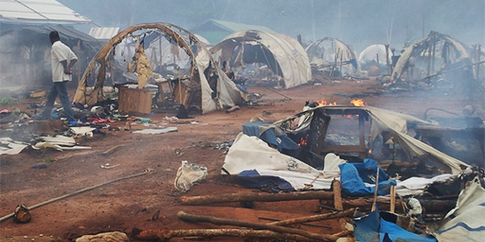 Intern Vertriebene in einem Lager in Nahibly kurz nach dessen Zerstörung am 20.07.12 © privat