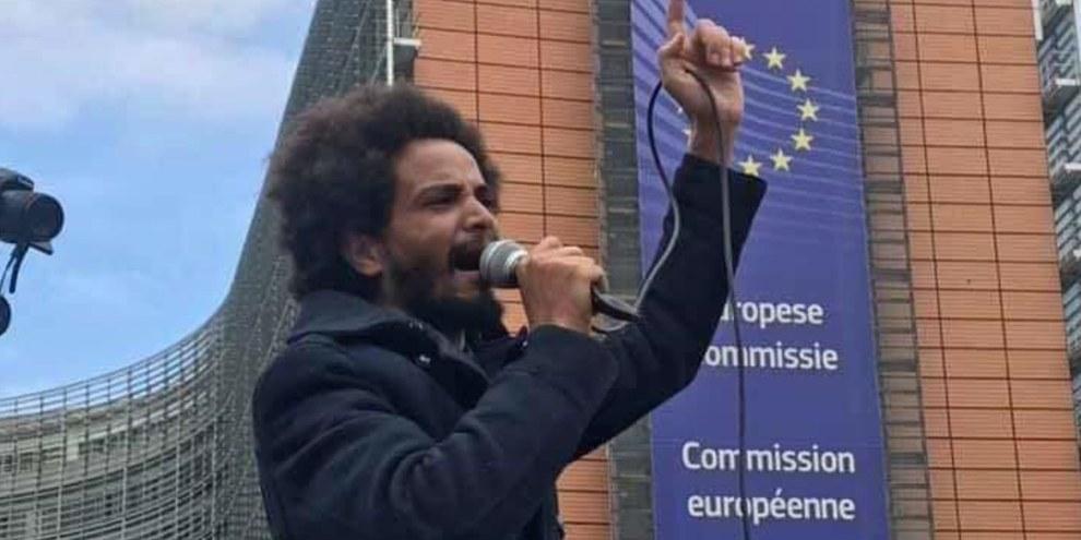 Abraham Fissehaye protestiert vor dem Hauptsitz der EU in Brüssel © Amnesty International/Private