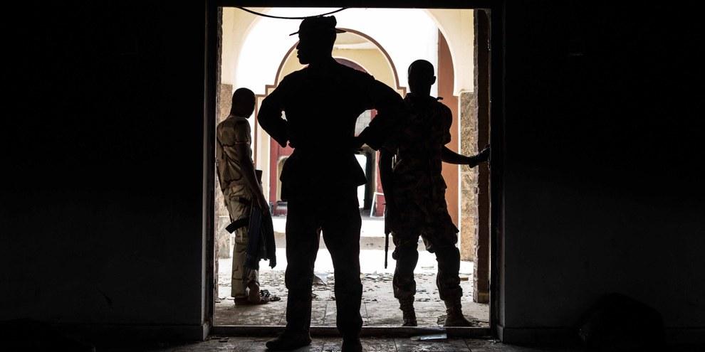 Nigerianische Sicherheitskräfte inspizieren in der Stadt Bama das ehemalige Hauptquartier von Boko Haram. © Nichole Sobecki/AFP/Getty Images