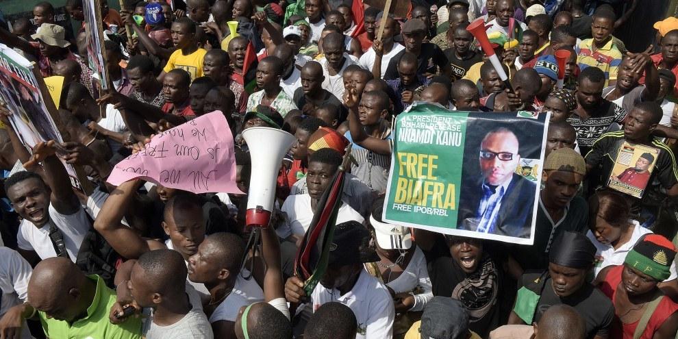 DemonstratInnen verlangen die Freilassung von Nnamdi Kanu, dem Führer der IPOB-Bewegung, die sich für die Unabhängigkeit Biafras einsetzt.  © AFP/Getty Images
