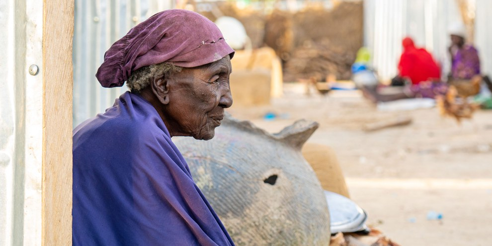 Die etwa 90-jährige Shakwa im Lager in Borno State, Nordost-Nigeria, Oktober 2020. © The Walking Paradox / Amnesty International.© The Walking Paradox / Amnesty International. Weiter Fotos durch Klick aufs Bild.