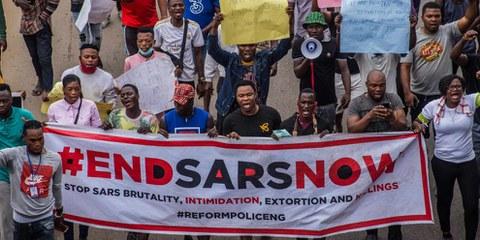 #EndSARS ist eine soziale Bewegung in Nigeria, die auf Twitter begann, um das Verbot der nigerianischen Polizeispezialeinheit Anti-Robbery Squad zu fordern. Hier eine Kundgebung vom 17. Oktober 2020 in der Hauptstadt Lagos. © SHUTTERSTOCK/shynebellz