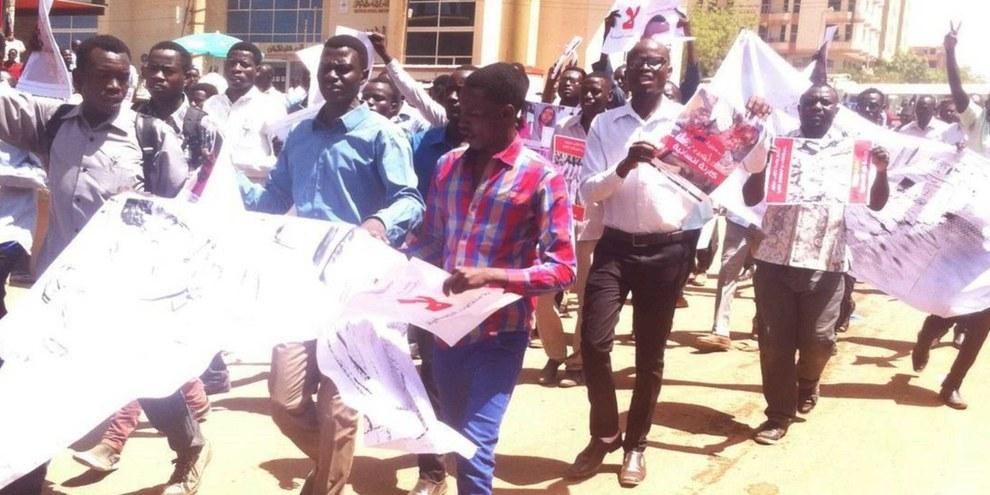 Studierende aus Darfur demonstrieren in Khartum gegen rechtswidrige Tötunge. © Darfur Students' Association