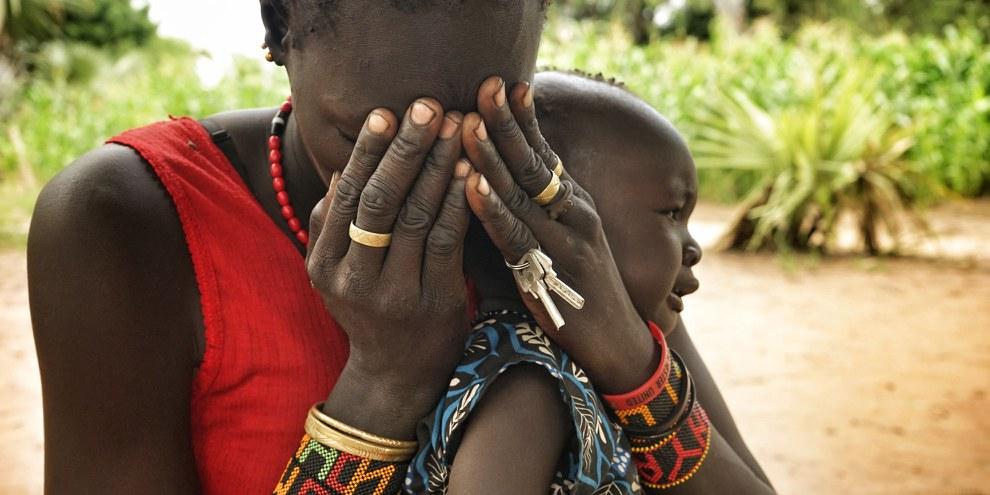Diese Frau musste mit ihrem Baby vor den Angriffen der Regierung auf ihr Dorf in Leer County, Südsudan, fliehen. © Amnesty International (Weitere Bilder durch Klicken auf Bild)