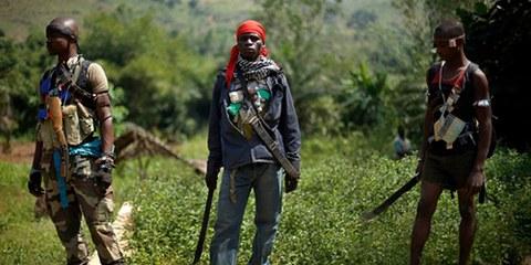 Anti-Balaka-Truppen (Bild) wie auch Seleka-Kämpfer stehen unter Verdacht, schwere Menschenrechtsverletzungen begangen zu haben. © AP Photo/Jerome Delay
