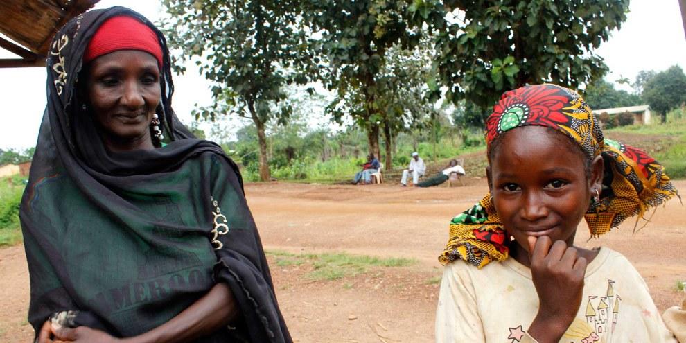 Ob sie jemals Gerechtigkeit erfahren wird? Jenabou (rechts) aus dem Dorf Boguera ist eines der Opfer der Gewalt in der Zentralafrikanischen Republik. In ihrem Dorf wurden Dutzende Einwohner getötet, darunter ihre Eltern. Die Amnesty Researcherin Joanne Mariner traf die damals 11-Jährige im Dezember 2013 nach dem Massaker. «Sie konnte kaum sprechen», sagt Joanne. «Sie wollte mit der Welt um sie herum nichts mehr zu tun haben und zog sich völlig in sich zurück.» © AI