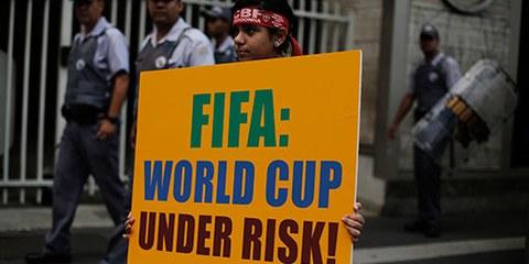 Ein Fussballfan in São Paulo protestiert gegen Korruption rund um die kommende WM. © REUTERS/Nacho Doce