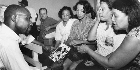 Mütter von Verschwundenen treffen den damaligen Generalsekretär von Amnesty International, Pierre Sane, in Brasilien, 1995.  © C.J. Ripper / Imagens da Terra