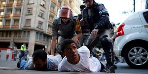 Die Polizei bei der Festnahme von zwei Demonstranten in Porto Alegre, Juni 2014. © MARKO DJURICA/Reuters/Corbis