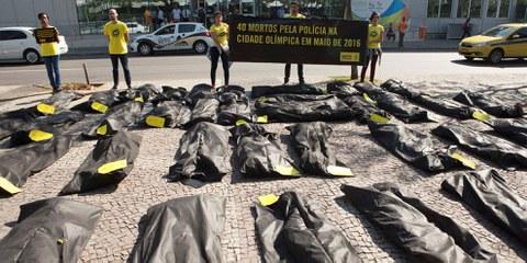 Aktion mit 40 Leichensäcken symbolisch für die von der Polizei getöteten Menschen. Rio de Janeiro, 27. Juli 2016© Felipe Varanda/Amnesty International