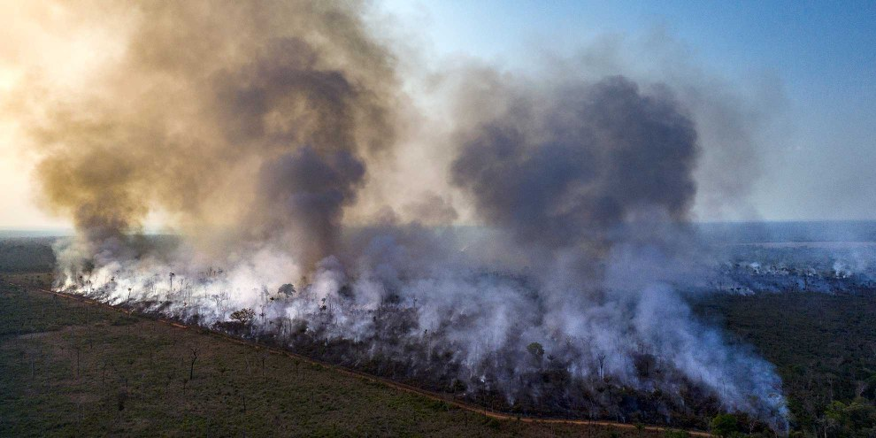 Dronenaufnahme von Bränden im Amazonas  © Anthony Cole / Amnesty International