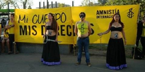 AI Aktivistinnen demonstrieren für das Recht selbst entscheiden zu können, ob und wann sie Kinder bekommen möchten. Santiago, Chile 2014.