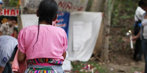 Frau beim stillen Protest gegen eine Goldmine auf dem Land der indigenen Gemeinschaft.  © James Rodriguez / mimundo.org