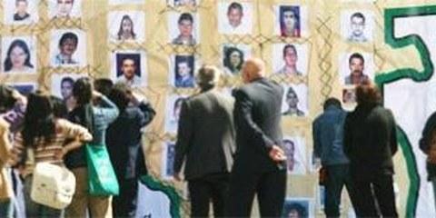 Passanten in Bogotá betrachten die Photos von Opfern des Konflikts © AP/PA Photo/ William Fernando Martinez