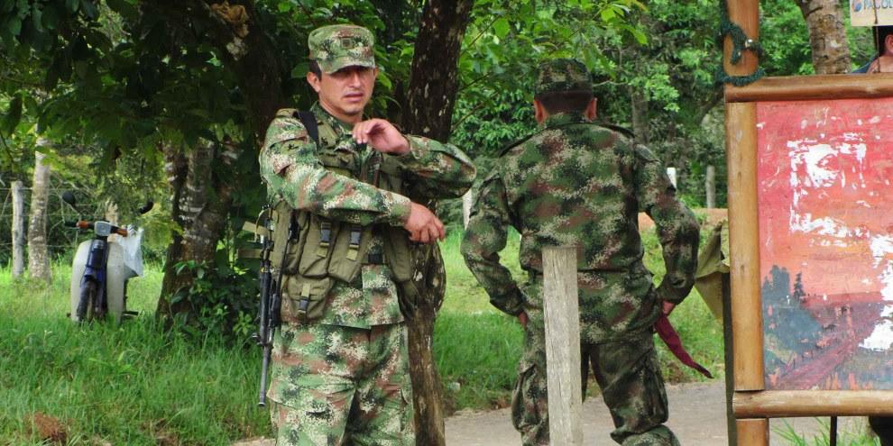 Militärangehörige begleiten das Institut für ländliche Entwicklung INCODER bei einem Feldbesuch in der Gemeinde Cabuyaro (Symbolbild). © Corporación Claretiana Norman Pérez Bello - Centro Claretiano de Investigación y Educación Popular, 2011.