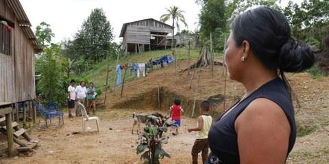 Die indigene Gemeinschaft Wounaan Phubuur in Chocó wurde durch die bewaffneten Konflikte aus ihren Häusern vertrieben. © AI