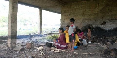 Eine vertriebene Familie, die sich in einer verlassenen Schule eine provisorische Unterkunft errichtet hat. Alto Andágueda, 2012. © Steve Cagan