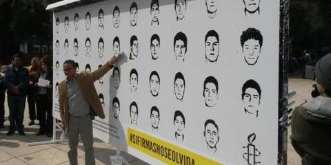 Der Geschäftsleiter von Amnesty Mexiko, Perseo Quiroz, bei der Übergabe der Petition, die umfassende Ermittlungen fordert. 10. Dezember 2014, Mexico City. © Amnistía Internacional México
