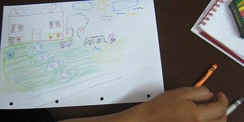 Connie, die im Alter von neun bis 14 Jahren Opfer von sexueller Gewalt wurde, zeichnet ihre Hoffnungen für die Zukunft © Amnesty International 2010