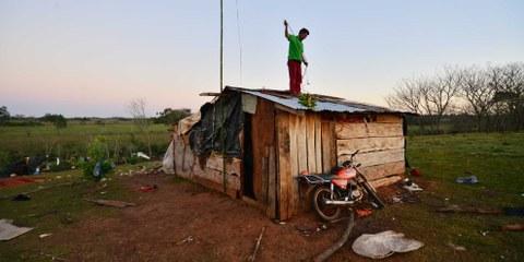 Wiederaufbau eines Hauses in Guahory in Paraguay, einer Bauerngemeinde, die 2016 und 2017 mit Zwangsräumungen konfrontiert war. © Amnesty International/Gustavo Luis Pereira Verly