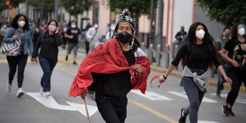 Bereits bei den Protesten gegen die Inauguration des neuen Präsidenten Manuel Merino am 10. November kam es zu Polizeigewalt. © Joel Salvador / shutterstock.com