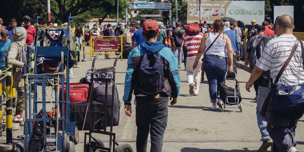 Flüchtlinge aus Venezuela an einem Grenzübergang. © Amnesty International/Sergio Ortiz