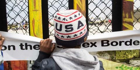 Ein kleiner Junge blickt in Tijuana durch die Grenzmauer zwischen Mexiko und den Vereinigten Staaten.  © Amnesty International / Sergio Ortiz Borbolla