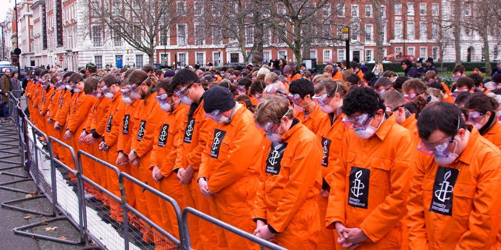 Demonstrierende fordern vor der amerikanischen Botschaft in London die Schliessung des Gefangenenlagers Guantánamo Bay auf Kuba. Pres Panayotov / shutterstock.com