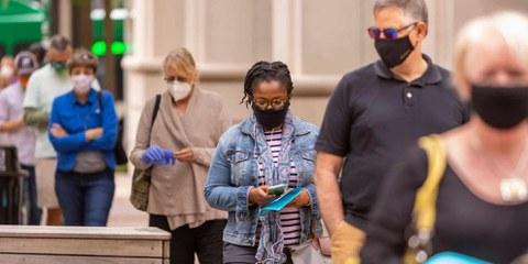Die USA sind gespalten wie nie zuvor, entsprechend angespannt ist die Stimmung in der Bevölkerung. Bild: Wählende in Arlington, Virginia. © Shuttersock/Rob Crandall