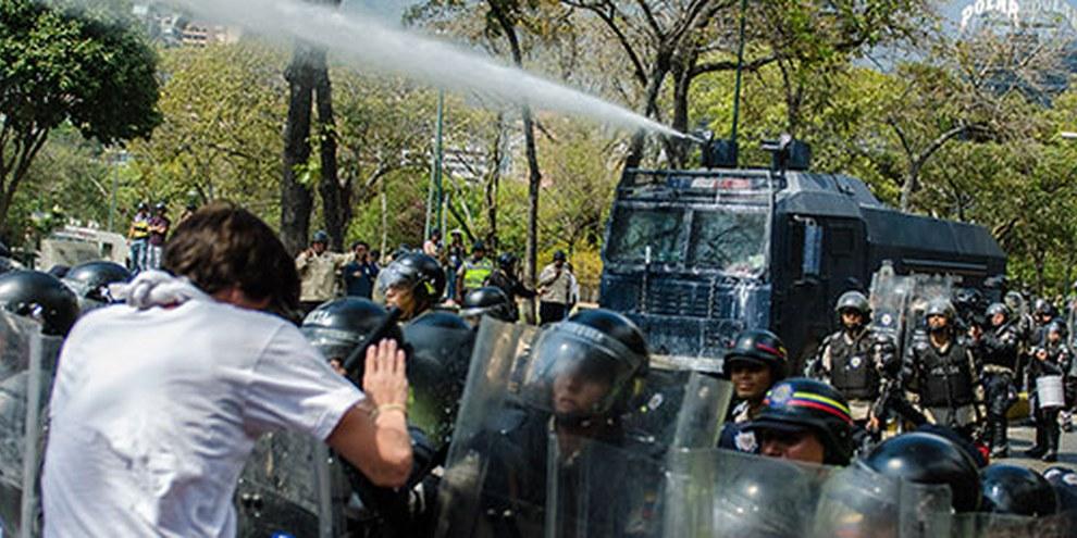 Wasserwerfer gegen Demonstranten in Caracas. © Carlos Becerra