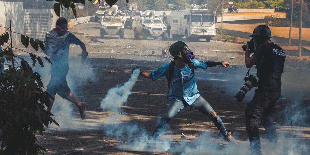 Zahlreiche DemonstrantInnen gingen im Januar 2019 gegen die Politik von Nicolas Maduro auf die Strasse. © Julio Lovera / shutterstock
