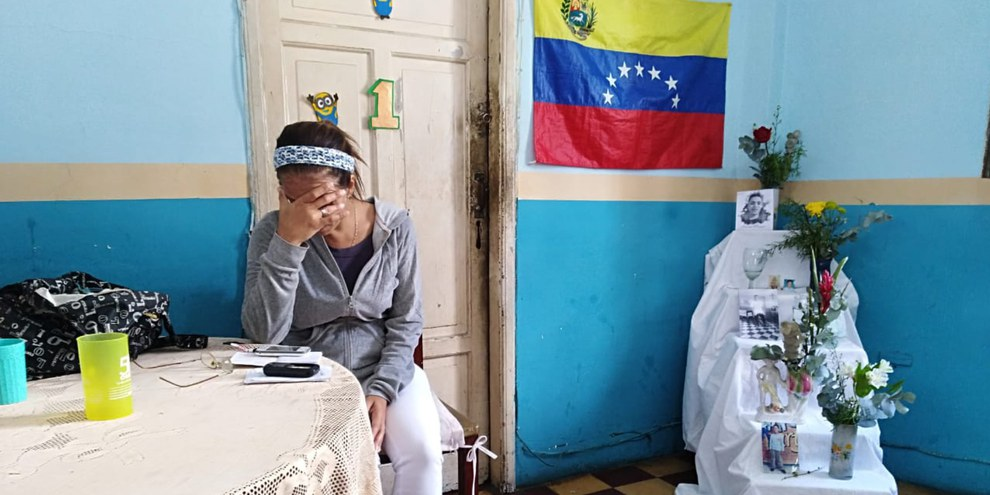 Eine Angehörige von Alixon Osorio Dos Santos Pisani, der am 22. Januar 2019 bei Protesten erschossen wurde © Amnesty International