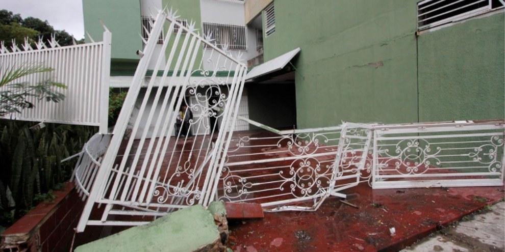 Das Eingangstor der Wohnsiedlung Paraíso in Caracas wurde zerstört, als mehrere Sicherheitseinheiten die Anlage stürmten. © Omar Veliz / El Nacional