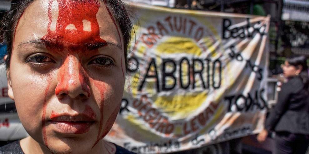 Frauenrechtsaktivistinnen demonstrieren vor dem obersten Gerichtshof El Salvadors für eine Entkriminalisierung des Schwangerschaftsabbruches. © Giles Clarke