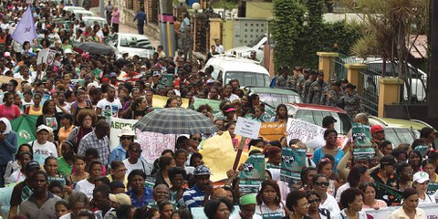 Demonstration, die an den Internationalen Tag zur Beseitigung der Gewalt gegen Frauen erinnert. Santo Domingo, Dominikanische Republik, 25. November 2014. © Erika Santelice