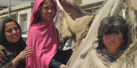 Jugendliche Bewohnerinnen eines Slums von Kabul vor ihrer provisorischen Behausung. © AI