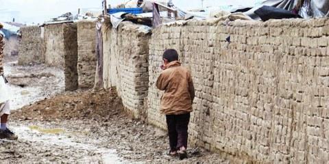 Ein Kind im Lager für intern Vertriebene von Chaman-e-babrak in Kabul. © Amnesty International