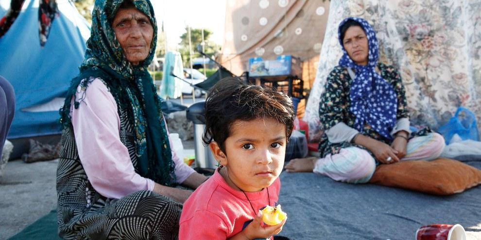 Viele afghanische Flüchtlinge sitzen in europäischen Flüchtlingscamps fest, wie diese Familie, die fünf Monate am alten Flughafen von Elliniko bei Athen ausharren musste. © Giorgos Moutafis/Amnesty International