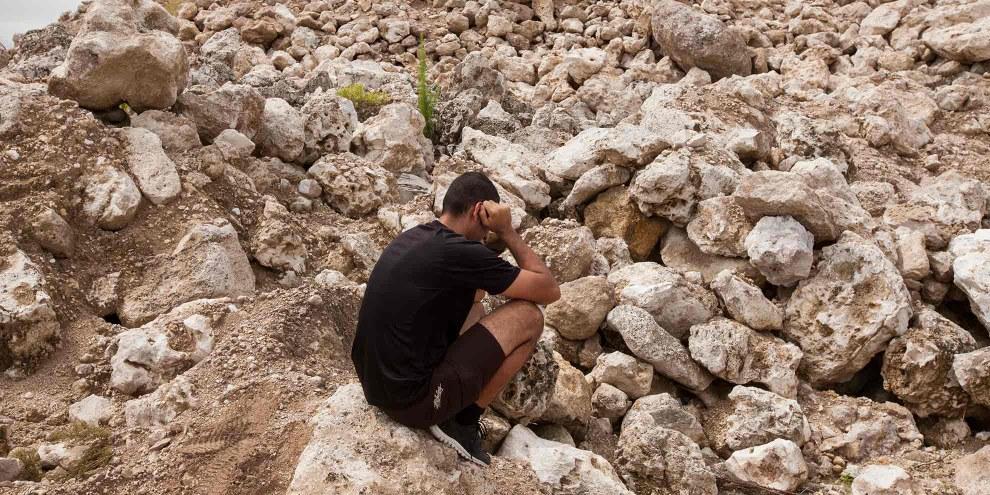 Ein iranischer Flüchtling sitzt in einer verlassenen Phosphatmine auf der Insel Nauru. © Rémi Chauvin