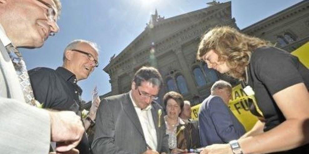 Parlamentarier unterschreiben die Postkarte von Amnesty International © Valérie Chételat