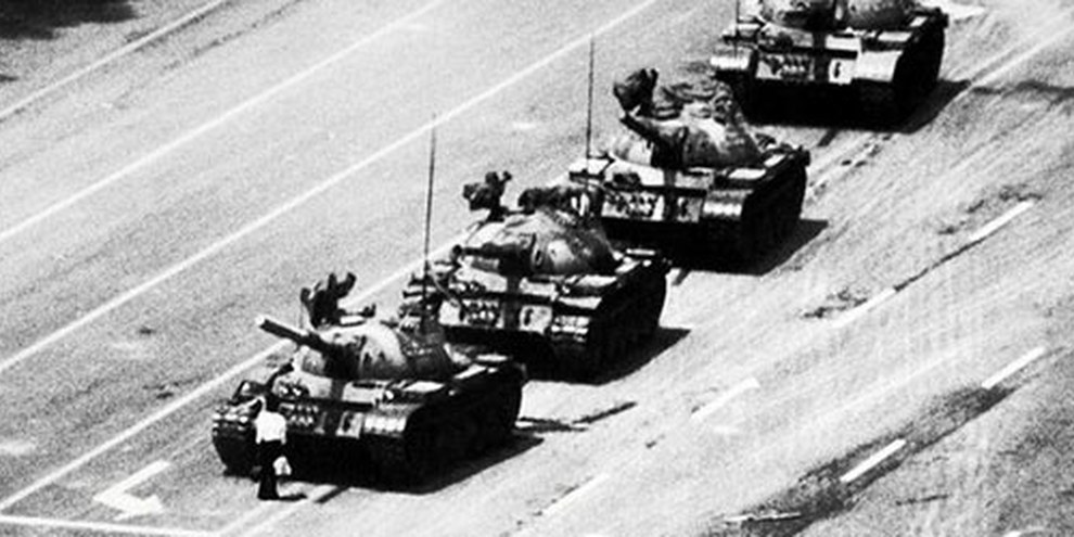 Der «Tank Man» stellte sich während des Tiananmen-Massakers vor die Panzer. © 1989 Stuart Franklin, Magnum photos