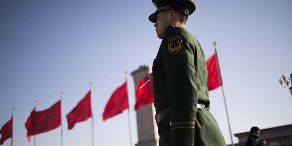«Koordinierter Schlag.» Chinesischer Polizeioffizier auf dem Platz des Himmlischen Friedens. © AFP/Getty Images