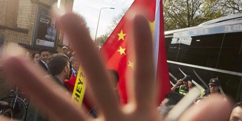 Bei einer Aktion in Den Haag zu den Internierungslagern in Xinjiang trafen Amnesty-Mitglieder auf eine Gruppe von Anhängern der chinesischen Regierung.