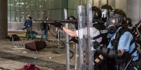 Die Polizei setzt Tränengas, Gummigeschosse, Pfefferspray und Schlagstöcke ein, um die Demonstrantinnen und Demonstranten zu vertreiben. © Jimmy Lam / everydayaphoto