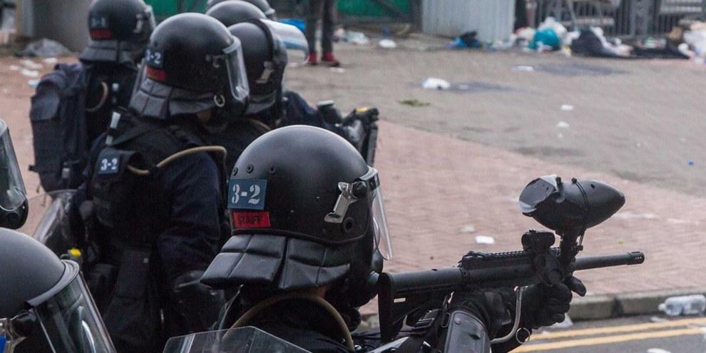 Die Polizei Hongkongs droht damit, scharfe Munition einzusetzen. © Jimmy Lam / everydaphoto